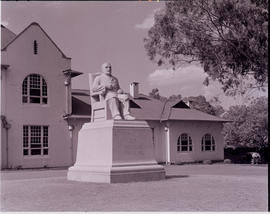 Pretoria, 1946. Statue of Sir Arnorld Theiler in front of library at Onderstepoort.