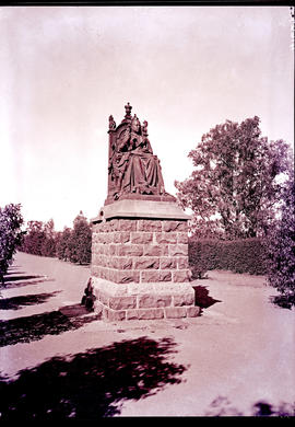 """Kimberley, 1932. Statue of Queen Victoria at public gardens."""
