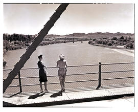 """Aliwal North, 1946. Spectators on the General Hertzog bridge over the Orange River."""
