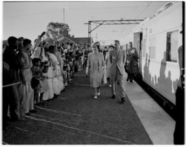 Frere, 17 March 1947. Royal family with Prime Minister JC Smuts greet the crowd.