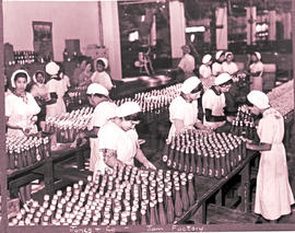 Paarl, 1939. Bottling of chutney at Jones and Company jam factory.
