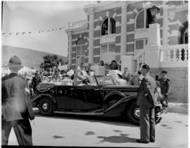 Graaff-Reinet, 25 February 1947. Royal family arrive at the town hall.