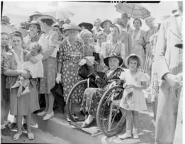 Graaff-Reinet, 25 February 1947. Crowd waiting to greet the Royal Family.